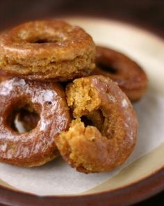 Pumpkin Donuts with Buttermilk Glaze (.my dad loved donuts.but I sure love the cider donuts that out local apple orchard makes and sells) Beaux Desserts, Köstliche Desserts, Delicious Desserts, Dessert Recipes, Yummy Food, Recipes Dinner, Fun Food, Dessert Healthy, Apple Desserts