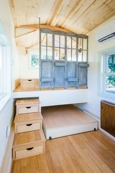 s Tiny House by MitchCraft Tiny Homes &;s Tiny House by MitchCraft Tiny Homes &; Tiny Living Angelika Straub angelikastraub Kleine Häuser In the main living area […] Homes On Wheels with slide outs Best Tiny House, Modern Tiny House, Tiny House Cabin, Tiny House Plans, Tiny House On Wheels, Tiny House Bedroom, Small Tiny House, Shed To House, Tiny Home Floor Plans