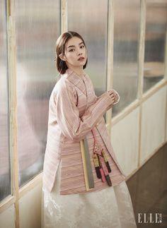 스트라이프 패턴의 저고리와 화이트 스커트, 자수를 놓은 노리개는 모두 Traditional Korean Costume Kim Young…