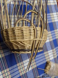 Pine Needle Crafts, Newspaper Crafts, Pine Needles, Paper Basket, Weaving Patterns, Basket Weaving, Wicker, Arts And Crafts, Diy Projects