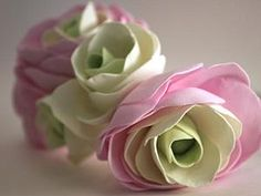 Сегодня я не буду рассказывать, как сделать цветок, лучше покажу, как бороться с толщиной фоамирана, которая делает цветок грубым. Вчера села сделать ранункулюсы и обнаружила, что остатка листа прекрасного тонкого фоамирана розового цвета мне не достаточно, достала новый лист, а он такой толстенный! В общем-то, это допустимо для фома, но цветы выглядят не комильфо.