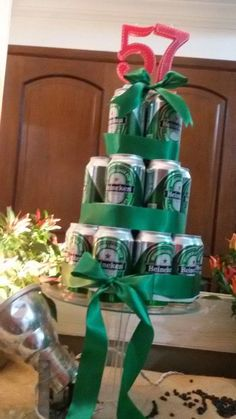 Bolo de Lata de Cerveja: Como Fazer e Fotos - Artesanato Passo a Passo! Money Birthday Cake, Beer Birthday Party, Diy Birthday Gifts For Him, Soccer Birthday, Man Birthday, Cake In A Can, Beer Gifts, Boyfriend Anniversary Gifts, Beer Bottle Cake