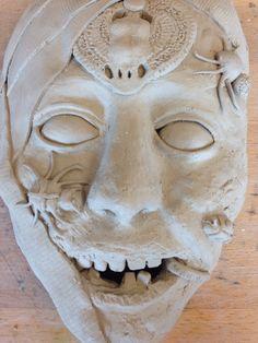 Laatste les: deze les moesten we het masker af hebben. Deze les had ik de insecten erop gemaakt. De diepgaande gedachte van mijn masker is dat je altijd ergens op trots kan zijn, zoals de mummie op zijn scarabee en op zijn make-up ( die krijgt die met het verven). Ik heb daarom voor de rest de mummie zo verrot en niet zo mooi uitlaten zien. De insecten zorgen voor een nog verorber effect. Het verband staat voor dat je wat je hebt en waar je dus trots op kan zijn, ook goed voor moet…
