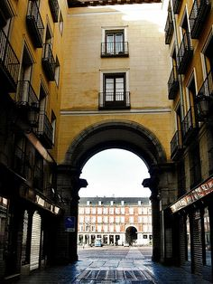 Portal de la calle de la Sal a la Plaza Mayor. Madrid Most Beautiful Cities, Wonderful Places, Oh The Places You'll Go, Places To Visit, Metro Madrid, Backpacking Spain, Madrid City, Spain Culture, Spain Images