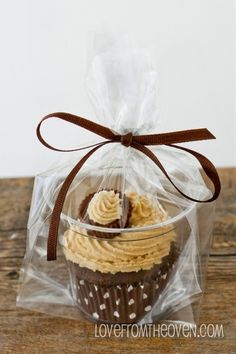 Need to package individual Cupcakes? Put them in a clear plastic cup, put the cup in a bag, tie with a ribbon and voila! Need to package individual Cupcakes? Put them in a clear plastic cup, put the cup in a bag, tie with a ribbon and voila! Cupcake Packaging, Food Packaging, Bake Sale Packaging, Cupcakes Packaging Ideas, Clever Packaging, Design Packaging, Bottle Packaging, Label Design, Package Design