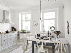timeless classic: white kitchen (via Entrance Fastighetsmäkleri)