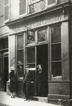 Carla Bodoni, Stephen Vincent Benét y Sylvia Beach en la librería Shakespeare & Company, París, 1921