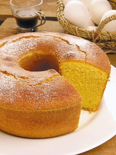 Receita de Bolo de Fubá Fofinho - Guia da Cozinha Portuguese Desserts, Gourmet Cupcakes, Bagel, Cornbread, Doughnut, Low Carb, Banana, Cooking, Breakfast