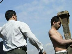 Imagem da People's Mujahedin Organization of Iran mostra jovem recebendo chibatada no país (Foto: Reprodução/Mujahedin)