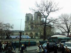 Vista da Notre Dame da Rue de la Cité, Paris.