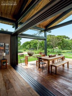Portas de correr com abertura ampla, chão de madeira, teto e varanda espaçosa