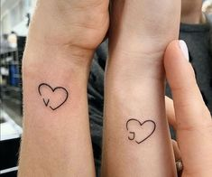 First Tattoo Placement On Hand Wrist: 42 Tiny Hand Wrist Tattoo Ideas For Woman - Tattoo Platzierung - Tattoo World Friend Tattoos Small, Tiny Tattoos For Girls, Sister Tattoos, Tattoos For Women Small, Unique Small Tattoo, Small Tattoo Designs, Unique Tattoos, Beautiful Tattoos, Awesome Tattoos