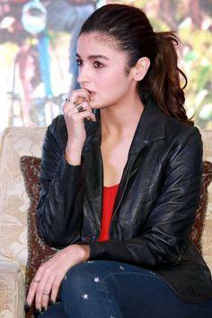 Bollywood Actress Hot, Beautiful Bollywood Actress, Dear Zindagi, Alia Bhatt Cute, Jackson Movie, Student Of The Year, Cute Muslim Couples, Varun Dhawan, Michael Fassbender