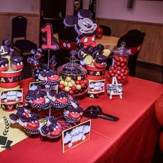 MICKEY MOUSE 1st Birthday #mickeymouse #mickeythemed #chocolatecoveredmarshmellows #chocolatedippedkrispietreats #mickeycakepops