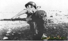 Paracaidista lanzado una granada de mano PO-1 durante acciones de preparación para el combate, miembro de la II Bandera Paracaidista, Guerra de Ifni 1957-1958.granada de mano PO-1