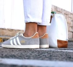 Adidas Women Shoes - Adidas grise - We reveal the news in sneakers for spring summer 2017 Women's Shoes, Sneakers Shoes, Sneakers Mode, Me Too Shoes, Shoe Boots, Adidas Sneakers, Adidas Shoes Women, Nike Women, Adidas Gazelle Women Outfit