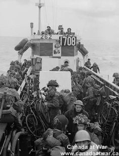 D-Day, Juno Beach - Canadian troops aboard LCI(L) 306 of the Flotilla, R., en route to France. Canadian Soldiers, Canadian Army, Canadian History, British Army, D Day Normandy, Normandy Beach, Military Pictures, Ww2 Pictures, Ww2 Photos