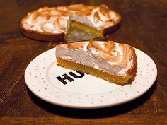 Połączenie cierpkiej cytryny, słodkiej bezy i kruchego ciasta, sprawia, że ta tarta w błyskawicznym tempie staje się ulubionym deserem rodziny, przyjaciół rodziny i przyjaciół przyjaciół rodziny. Lepszej rekomendacji chyba nie ma. Sięgnij po ten prosty przepis od Evy z bloga Eva in Berlin i podbij podniebieni