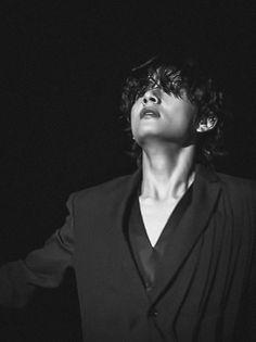 Kim Taehyung, Bts Jungkook, Bts Black And White, Black Swan, Bts Aesthetic Pictures, Most Handsome Men, Bts Korea, Bts Lockscreen, Bts Pictures