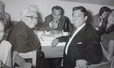 Σε νυχτερινή έξοδο ο Γιάννης Πετροπουλάκης μαζί με τον Μιχάλη Κακογιάννη, και τον ζωγράφο Σπύρο Βασιλείου