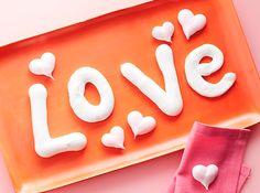 Sorprende a tu pareja con un estupendo desayuno especial para San Valentín. Y para no dejar nada al azar, prepara estas sencillas letras de merengue. Segur