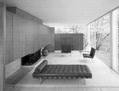 Farnsworth House Interior by Mies van der Rohe, an architect greatly admired by Charles and Ray Eames. Farnsworth House, Maison Farnsworth, Ludwig Mies Van Der Rohe, Organic Architecture, Interior Architecture, Interior And Exterior, Interior Design, Minimalism Living, Glass House