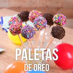 Prepara estas deliciosas paletas de galleta oreo, perfectas para chicos y grandes en casa. Es un postre que luce muchísimo y seguro les encantará. Oreo Cake Pops, Chocolate Cake Pops, White Chocolate, Cake Recipes, Dessert Recipes, Delicious Desserts, Yummy Food, Chocolate Pudding Recipes, Cake Decorating