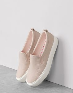 Sapatilha relevo cor. Descubra esta e muitas outras roupas na Bershka com novos artigos cada semana Casual Slip On Shoes, Women's Slip On Shoes, Trendy Shoes, Cute Shoes, Me Too Shoes, Girls Sneakers, Girls Shoes, Sneakers Fashion, Fashion Shoes