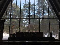 Näytelmä: Seitsemän naista ristillä Hailuodon kirkon alttari.