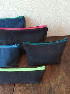 Ein tolles Upcycling-Projekt mit alten Jeans: Kleine Taschen wie Kulturbeutel, Kosmetiktaschen oder Stifte-Etuis kann man ganz einfach selbst nähen.