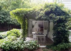 Beautiful shaded pergola and green outdoors create a pleasant social zone at the Amagansett house - Decoist Shade Trees, Shade Plants, Outdoor Spaces, Outdoor Living, Die Hamptons, House Cast, Built In Sofa, Garden Nook, Turbulence Deco