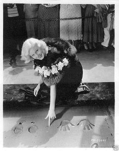 Jean Harlow at Grauman's Chinese Theater, Hollywood Old Hollywood Glamour, Hollywood Walk Of Fame, Golden Age Of Hollywood, Vintage Hollywood, Hollywood Stars, Classic Hollywood, Hollywood Icons, Vintage Glam, Vintage Vogue
