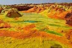 Depressão de Danakil, Etiópia. Depois de uma erupção vulcânica em 1926, o lago encheu-se de ácido e de cores, resultantes dos iões originários do enxofre e do potássio. Por motivos de segurança, este lugar não pode ser visitado.