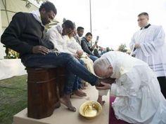 Kaki Tiga Imigran Muslim Dicium Paus Fransiskus