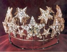 This diadem was originally commissioned for the Queen consort of Portugal D. Maria Pia, wife of King Luis I of Portugal. This tiara was made in Lisbon by Royal Jeweller Stephen Sousa. The tiara is composed of diamond stars, based on a frame, which makes the stars are sensitive to motion. The largest diamond tiara is a pink diamond known as the Diamond of Maria Pia. At the same time was commissioned a necklace, known as the Necklace of Stars, to make together with the diadem.