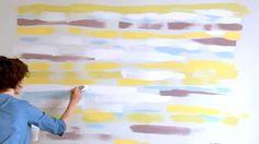 En nuestros vídeos tutoriales descubrirás nuevas ideas para pintar y decorar tu hogar. En este vídeo te explicamos cómo conseguir una pared pintada con efecto borroso para darle originalidad y color a tu casa.