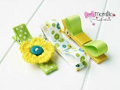 Spinki do włosów. Komplet  3 szt.  Kwiatuszek i dwie kokardki Kolor: żółto zielone  Spinka typu klips 4,5 cm  Wielkość kwiatuszka 2,5 cm