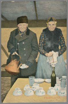 Man en vrouw in Friese streekdracht in koek-en-zopietent, na 1905 #Friesland
