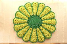 お母さんの手編みの座布団です^^このお花を編むことにハマってしまって止まらないらしく。。もっと編みたい!!とのこで、こちらでもご紹介させて頂きます♪2枚重ねな... ハンドメイド、手作り、手仕事品の通販・販売・購入ならCreema。