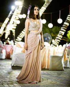 Surbhi Jyoti´s stunning indian wedding reception outift for her best friends wedding. Indian Fashion, Indian Bride, Mumbai, New Delhi, Indian Wedding Indian Wedding Outfits, Indian Outfits, Indian Clothes, Indian Attire, Indian Wear, Indian Look, Indian Ethnic, Look Short, Stylish Sarees