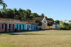 Casas coloridas no Centro Histórico de Porto Seguro, na Bahia