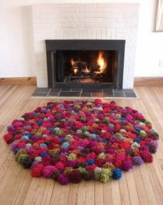 Love the pom pom rug! Now that i have a fancy pom pom maker, this shouldn't take that long to make! Diy Pom Pom Rug, Pom Pom Crafts, Pom Poms, Yarn Crafts, Diy Crafts, Tapetes Diy, Craft Projects, Sewing Projects, Recycled Crafts