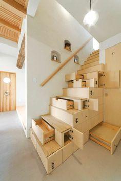 meuble d 'intérieur en bois clair, escalier avec espace de rangement,