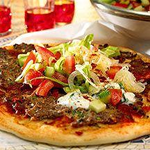 Türkische Pizza mit Salat (Lahmacun)