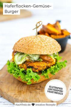 Dieses vegetarische, glutenfreie und laktosefreie Burger-Rezept ist einfach nur lecker, fix und schnell selbst gemacht. Der Haferflocken-Gemüse Burger steckt voller Vitamine und hat eine wunderschöne goldgelbe Farbe. #burgerrezept #gemüserezept #kürbisrezept