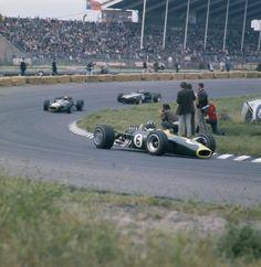 Norman Graham Hill (1929-1975) Brits autocoureur voor Formule 1 klasse. Wordt twee keer wereldkampioen. Foto: Graham Hill in actie op het circuit in Zandvoort. 1967.