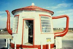 Building shaped like tea-pot. Teapot Dome Service Station in Zillah, Washington Teapot Dome Scandal, Teapots Unique, Unusual Buildings, Famous Buildings, Tea Culture, Unusual Homes, Roadside Attractions, Construction, Interior Exterior