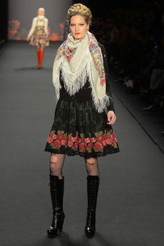Lena Hoschek Herbst/Winter Ready-to-Wear - Fashion Shows Folk Fashion, Fashion Now, Fashion Prints, Girl Fashion, Fashion Design, Bohemian Mode, Fairytale Fashion, Vogue, Traditional Fashion