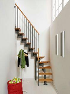Le lieu : Dans une entrée plutôt étroite, dans laquelle il sera difficile d'installer un escalier droit. L'avantage de l'escalier gain de place : Avec son quart tournant, ce modèle permet ... #maisonAPart