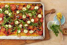 Polenta-Pizza mit mediterranem Gemüse - Wer sich vegan ernährt muss auf weniger verzichten, als man denkt. Diese Polenta-Pizza ist mindestens so gut wie das Original und herrlich aromatisch.